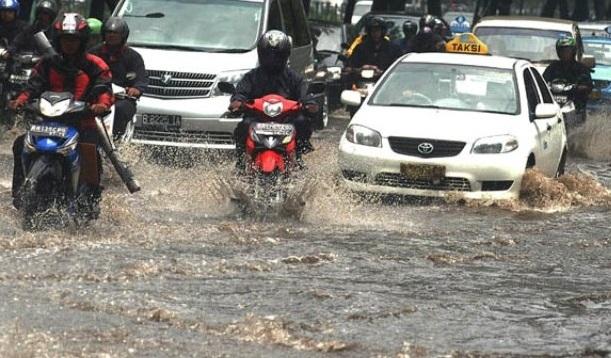berkendara-saat-banjir-besar